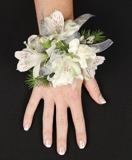 DAINTY BLOOMS Corsage