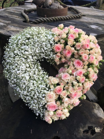 """22"""" OPEN HEART W/BABY'S BREATH/ROSES CALL IN 562/599-9742 TO CHANGE COLOR OF ROSES/STANDING SPRAY"""