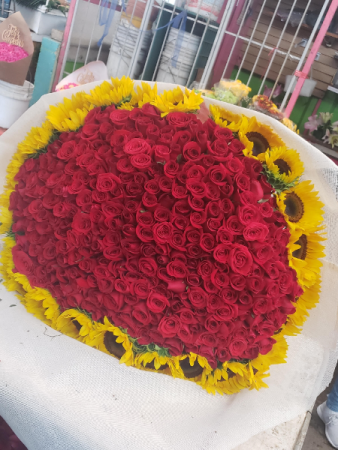 300 rose with sunflowers