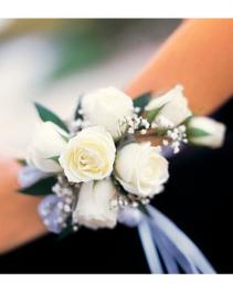 7 White Mini Roses Wristlet
