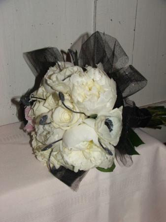 Black & White Elegance Handheld Bouquet