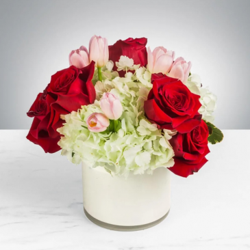 BLOSSOMING ROMANCE Roses, Hydrangea and Tulips
