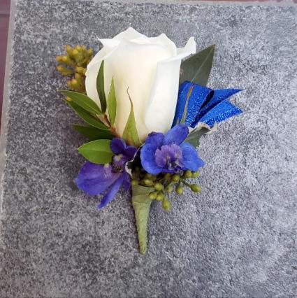 BLUE DELPH Boutonnière