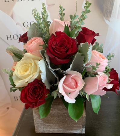 BLUSHING ROSES ELEGANT MIXTURE OF FLOWERS