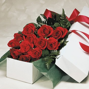 ROMANCE IS IN THE AIR Boxed Roses