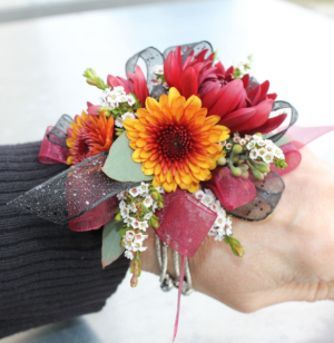 CHARMING DAISY  CORSAGE in Richland, WA   ARLENE'S FLOWERS AND GIFTS