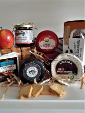 CHEESE LOVER BASKET 4 CHEESES, CRACKERS AND PEPPER JELLY
