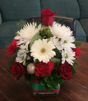 Christmas Centerpiece In a Vase in Bluffton, SC | BERKELEY FLOWERS & GIFTS