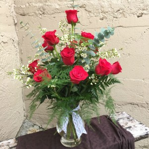 Classic Long-Stemmed Roses Vased Arrangement in Auburn, AL | AUBURN FLOWERS & GIFTS