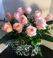 Docena de rosas rosadas En jarrón de cristal transparente