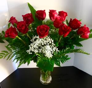 ¡El favorito de mi amor!  Docena de rosas en florero de cristal in Reno, NV   Flower Bell