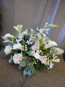 Graceful roses combined with calla lilies