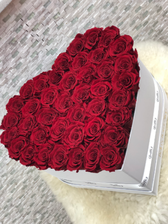 LARGE WHITE HEART BOX RED ROSES THAT LAST 365 DAYS