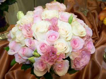 LMF4L-BOUQUET 2 BLUSH ROSES/LISIANTHUS BRIDE OR BRIDESMAID BOUQUET