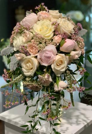 LOVE AND DREAM ELEGANT MIXTURE OF FLOWERS