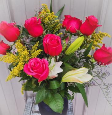 Luxury Dozen w/ Stargazer Lilies Rose Arrangement