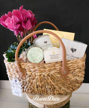 Marie Hamper in Ferntree Gully, VIC | FLOWER DAISE