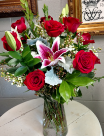 Medium star dozen rose vase Roses and Stargazer lilies