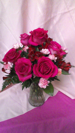 B02 Precious Heart Vase Arrangement Of 6 Pink Roses Lt Mini Carnations