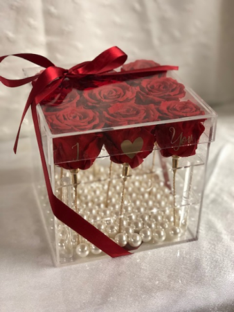 PRESERVED  ROSES IN ACRYLIC BOX
