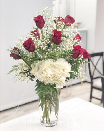 Rouge Et Blanc Vase Arrangement