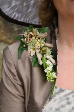 Shoulder corsage in pastels