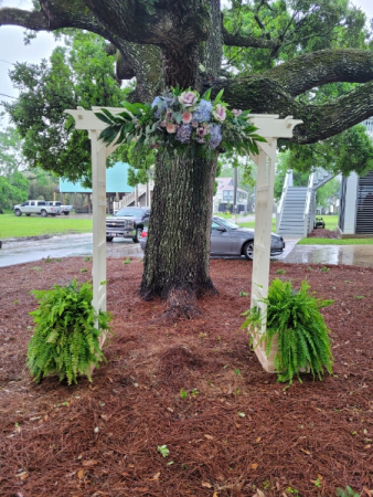 Southern style arch and ferns