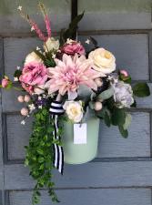 Spring hanging door bucket