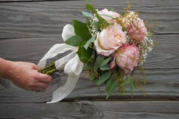 Stunning & Sweet Roses Handheld Bouquet