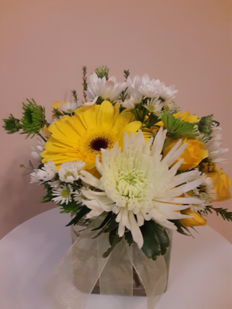 sunny day cube with white yellow green and yellow roses