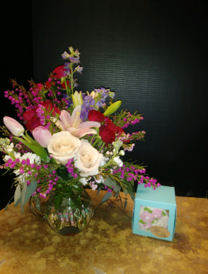 Sweet Surprise Fresh mix with an over sized cupcake in Conway, AR | CONWAY FLORIST