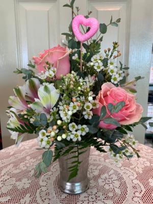 Sweetheart arrangement Valentine 2021 All around arrangement in Berwick, LA | TOWN & COUNTRY FLORIST & GIFTS, INC.