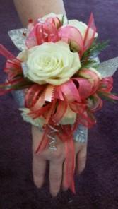 Trendy Roses & Wire wristlet