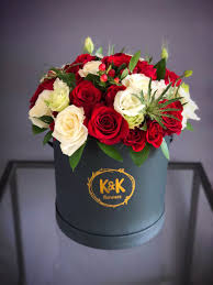 V-31 RED AND WHITE ROSES IN A BLACK HAT BOX