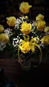 Yellow flair! dozen roses arranged